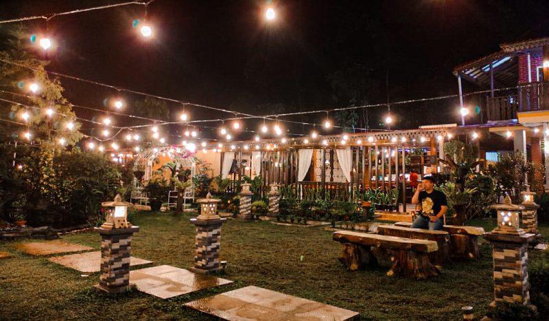 Pemandangan malam hari di Angin Senja Cafe dan Resto (Foto: Sahrul Imam/GentraPriangan)