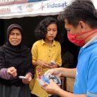 Relawan Humanity First membagikan masker gratis kepada warga masyarakat di Singaparna, Tasikmalaya (foto: GentraPriangan)